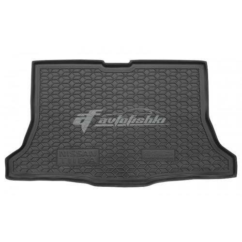 на фотографии резино-пластиковый коврик в багажник для Nissan Tiida хэтчбек с 2004 года черного цвета от Avto-Gumm