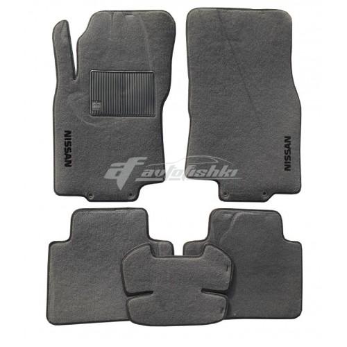 На фотографии комплект ворсовых ковриков для салона Nissan X-Trail T32 серого цвета