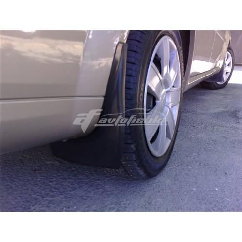 на фотографии модельные задние брызговики для Chevrolet Lacetti Sedan с 2003 года в кузове седан от Lada Locker