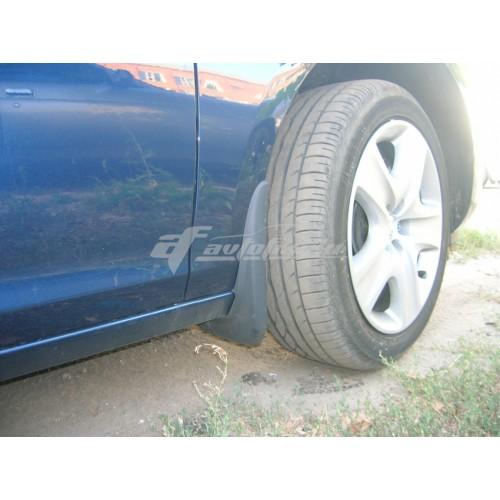на фотографии модельные передние брызговики для Chevrolet Lacetti Sedan с 2003 года в кузове седан от Lada Locker