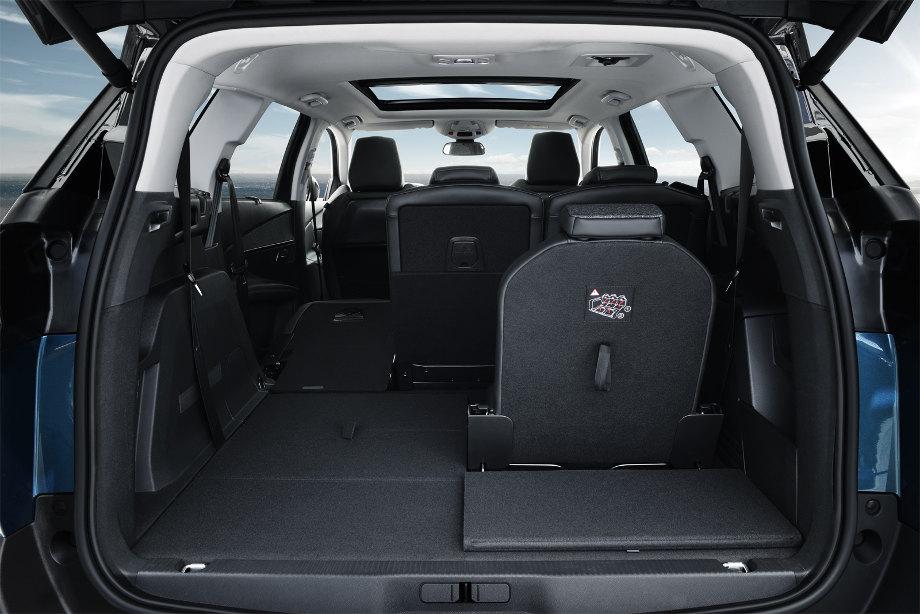 на фотографии открытый багажник автомобиля Пежо 5008 2017-2020