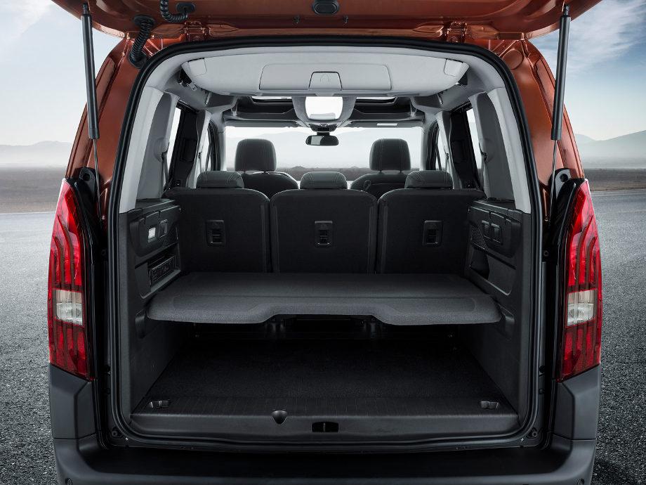 На фото открытый багажник автомобиля Peugeot Rifter с 2018 защищенный ковриком