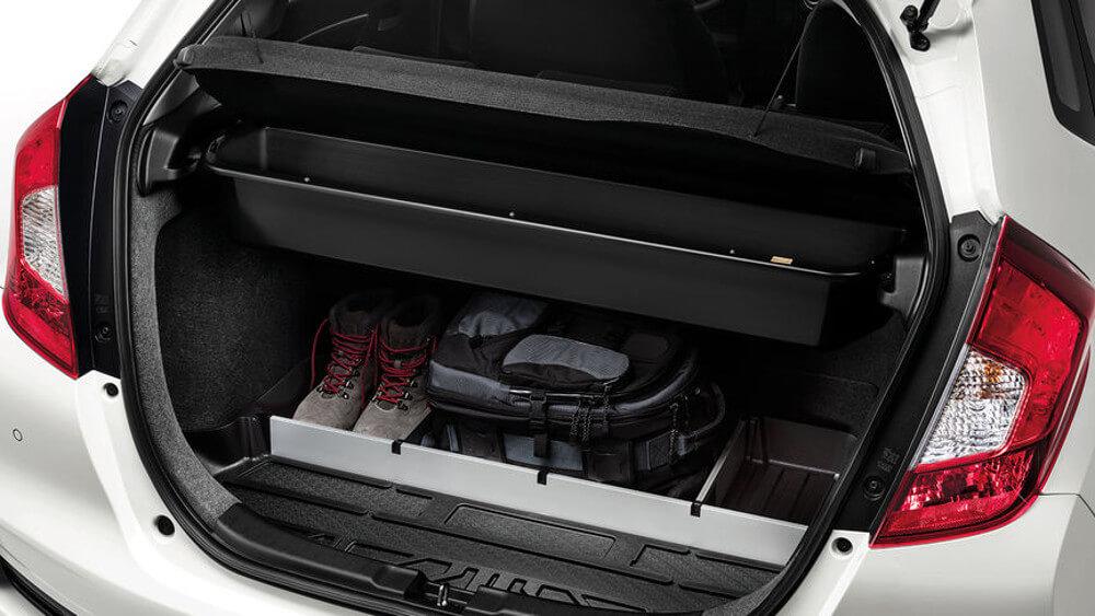 На фотографии резиновый коврик в багажник автомобиля, коврик расположен в отсеке багажника. Коврик черного цвета и отлично ложится на дно багажника