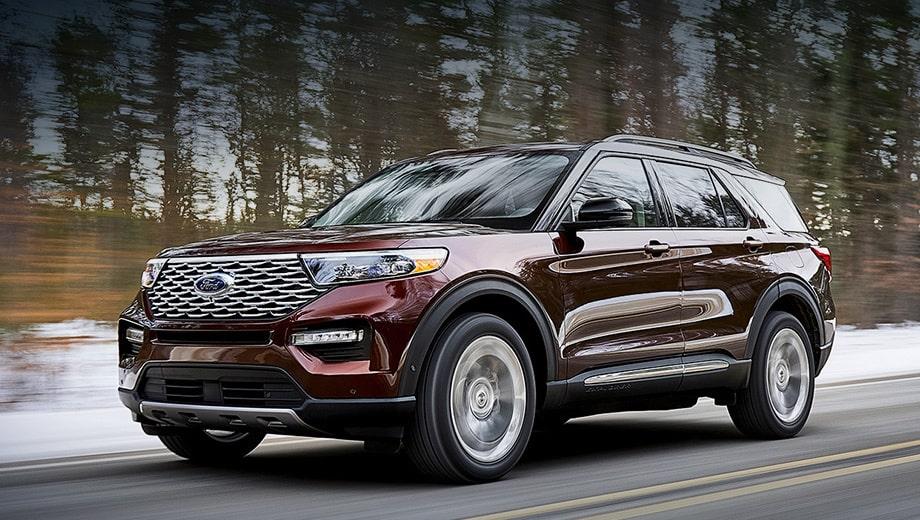 На фото автомобиль Форд мчится по трассе, на фоне зимнего леса. Для комфорта важно купить коврик в багажник и салон