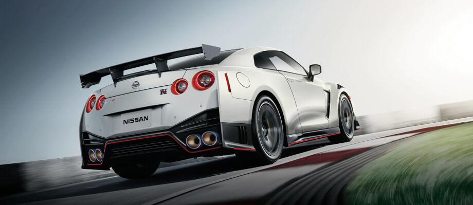 На фото Ниссан GT-R на большой скорости заходит в поворот