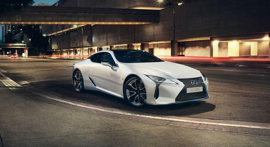 Автомобильные коврики Тойота. На фото Тойота Лексус белого цвета. Спокойное освещенное место в черте города