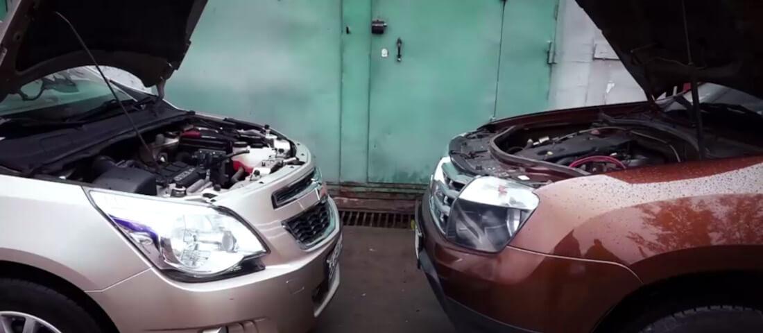 На фото два автомобиля перед прикуриванием с открытыми капотами