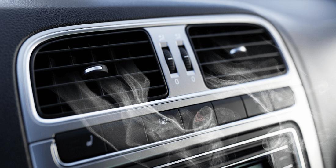 На фото показан автомобильный кондиционер из которого выходит холодный воздух