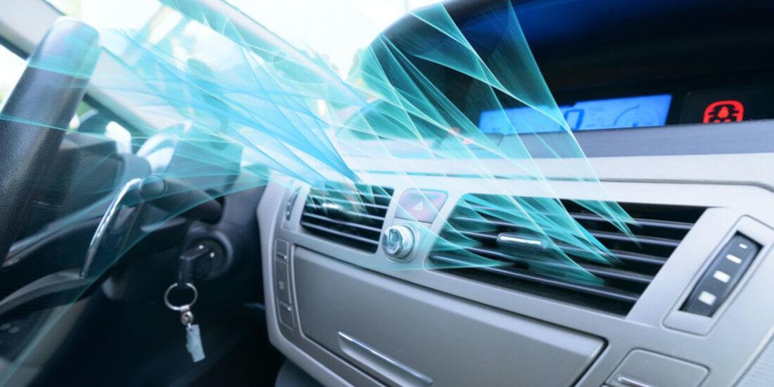 На фото включенный автомобильный кондиционер, который высушивает лобовое стекло машины от конденсата