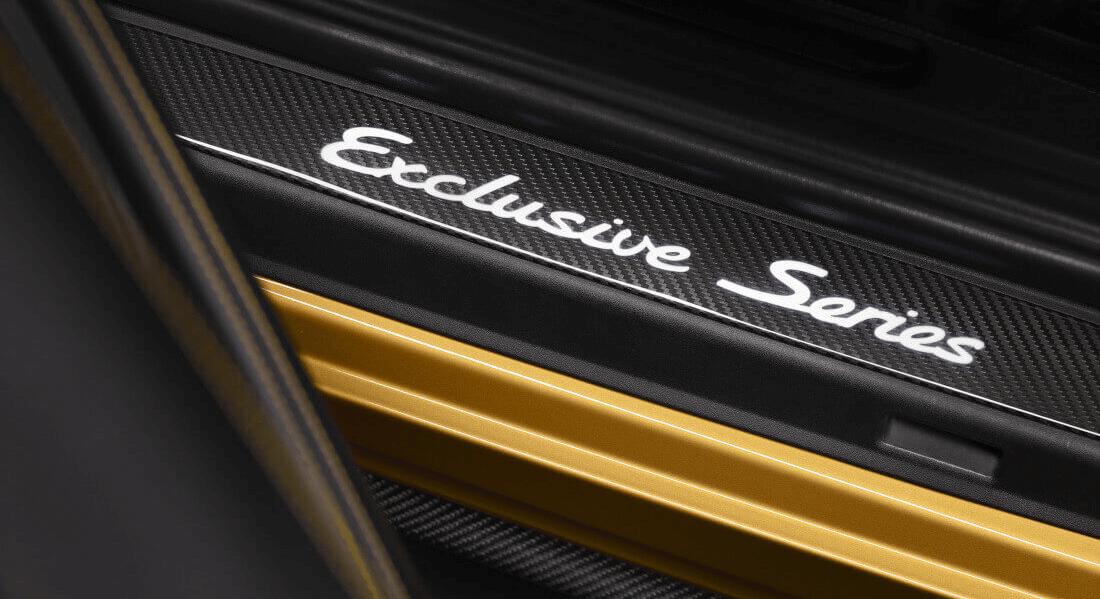 На фото встановлена пластикова накладка на поріг з написом Exclusive Series білими літерами в автомобілі Porsche
