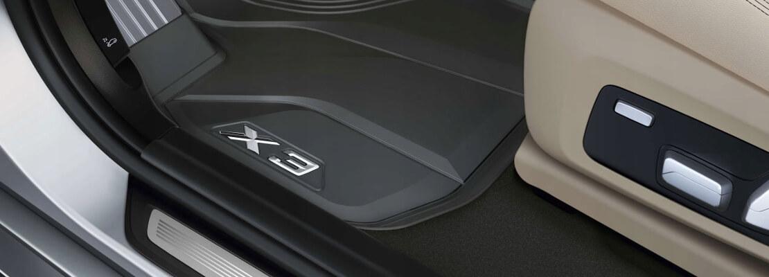 на фото полиуретановый коврик в салоне BMW, возле сиденья водителя