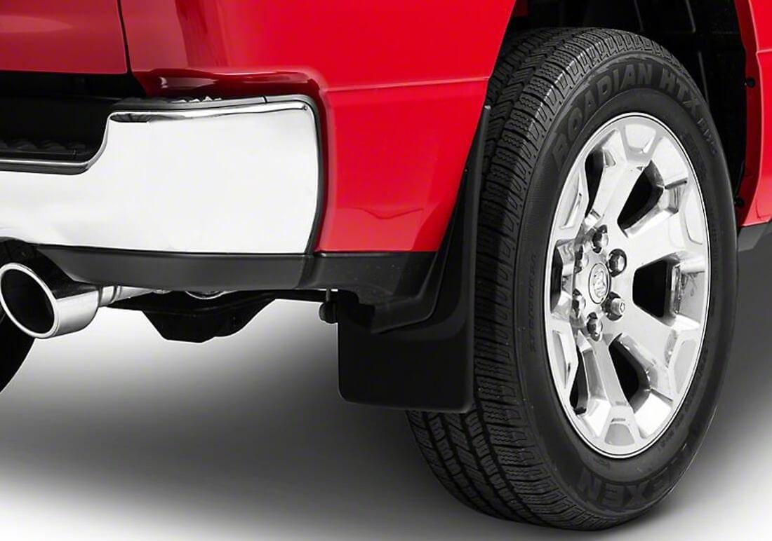 На фото задний брызговик из термопласта прикреплен к подкрылке автомобиля красного цвета