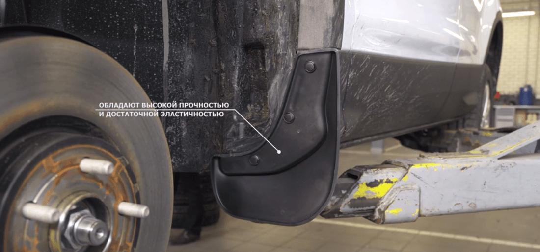 На фото установка передних модельных брызговиков на автомобиль Ford Kuga