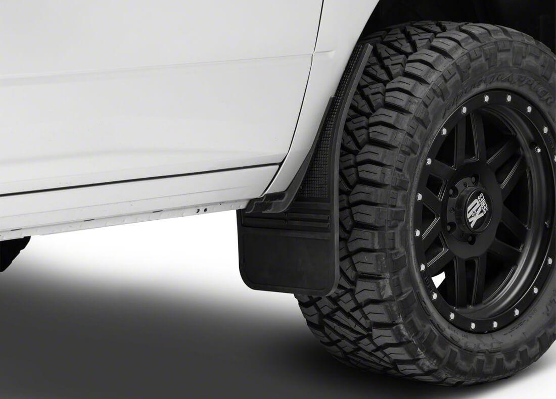 На фото передние универсальные брызговики из резины установлены на автомобиле белого цвета