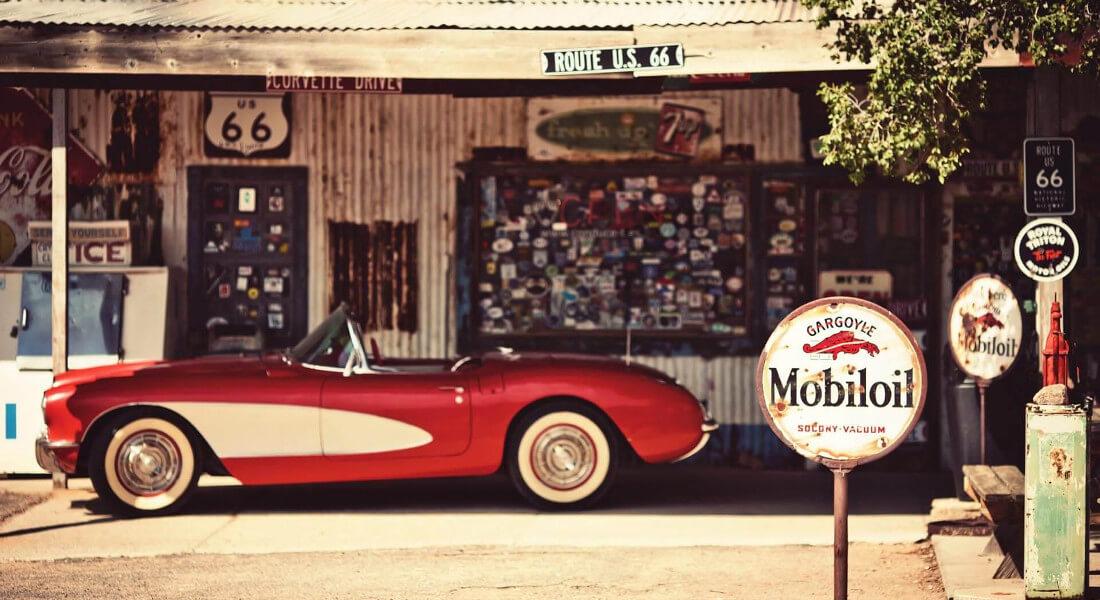 На фото подержанный спортивный автомобиль красно белого цвета