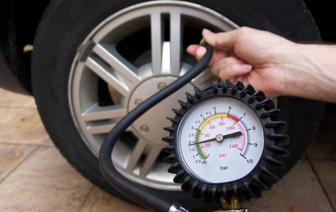 На фото автомобільний насос з манометром, який допомагає побачити точні показники тиску в шині
