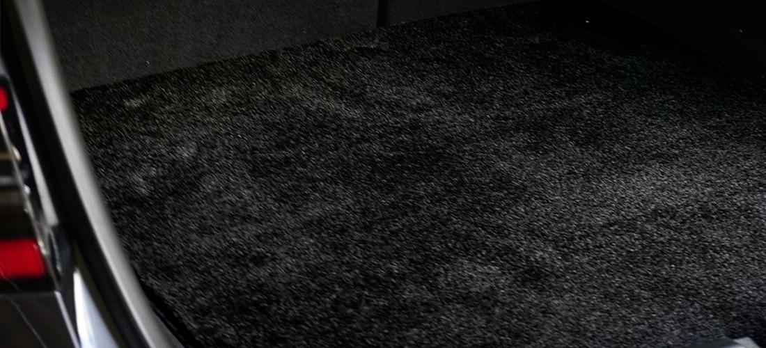 На фото коврик в багажник, ворсовый или текстильный. Коврик в багажник защищает багажный отсек