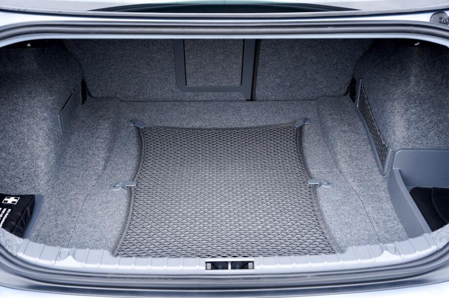 Купить коврик в багажник важно для защиты багажника. На фото видно родное ворсовое покрытие