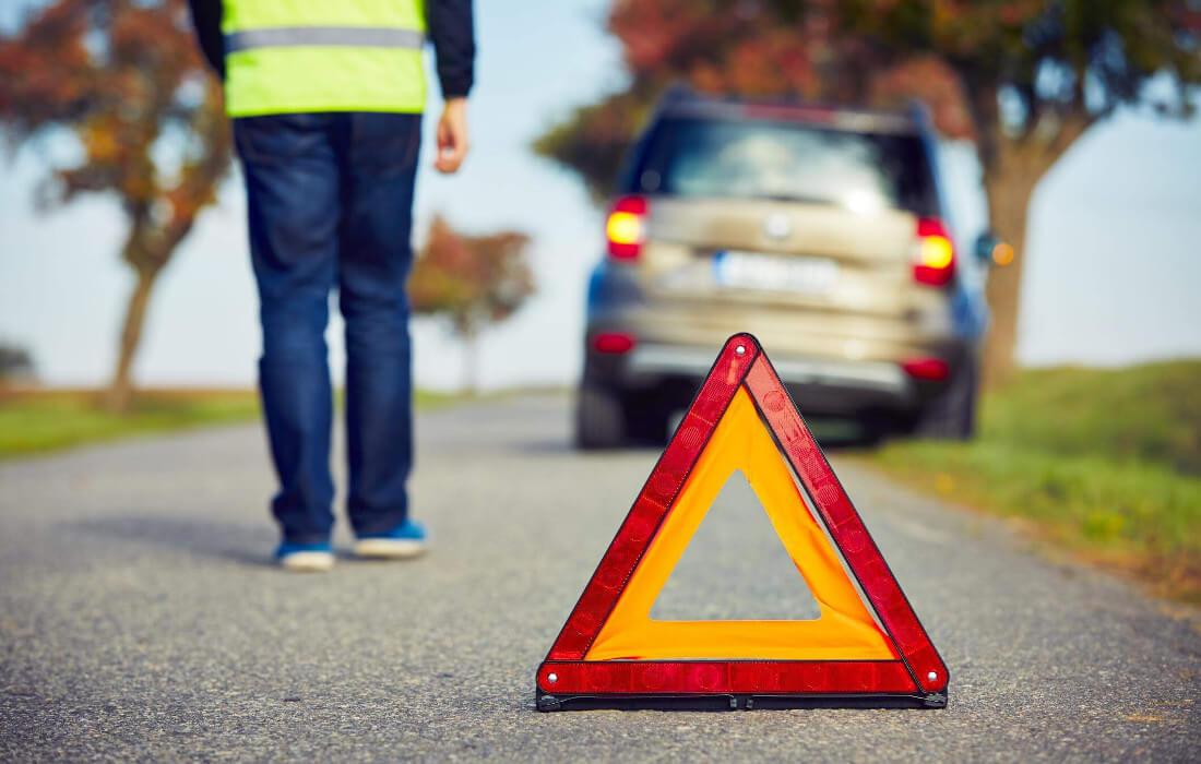 На фото знак аварийной остановки. Его выставили на расстоянии десяти метров от автомобиля